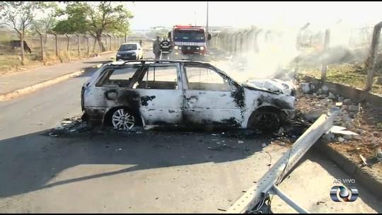 Carro pega fogo e fica destruído após bater e derrubar poste em Goiânia