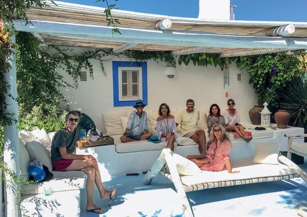 Vera Iachia e seus amigos na área externa da propriedade (Foto: Carlos Souza e Charlene Shorto)