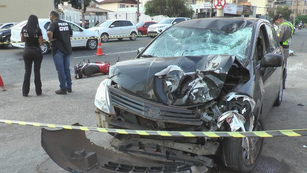 Carro fica com a frente destruída após colidir com moto, em Goiânia — Foto: Reprodução/TV Anhanguera