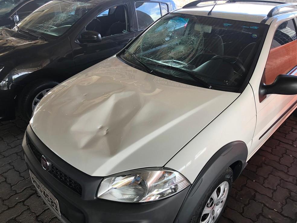 Três carros que estavam na concessionária tiveram a lataria amassada e vidros quebrados — Foto: Reprodução/WhatsApp