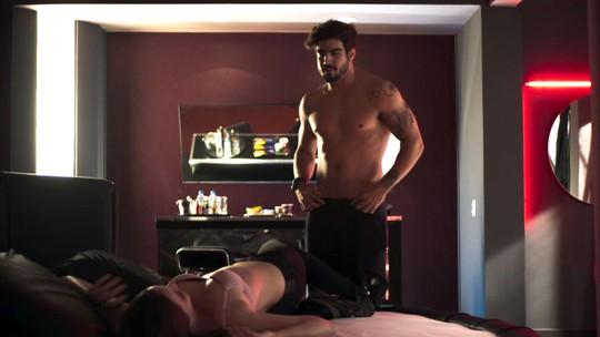 Striptease de Rock (Caio Castro), em 'A Dona do Pedaço', leva fãs à loucura