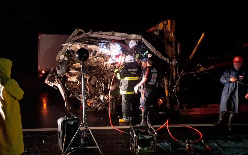 Corpo do motorista do caminhão foi removido das ferragens pelo Corpo de Bombeiros (Foto: Blogbraga/Repórte Ivonaldo Paiva)