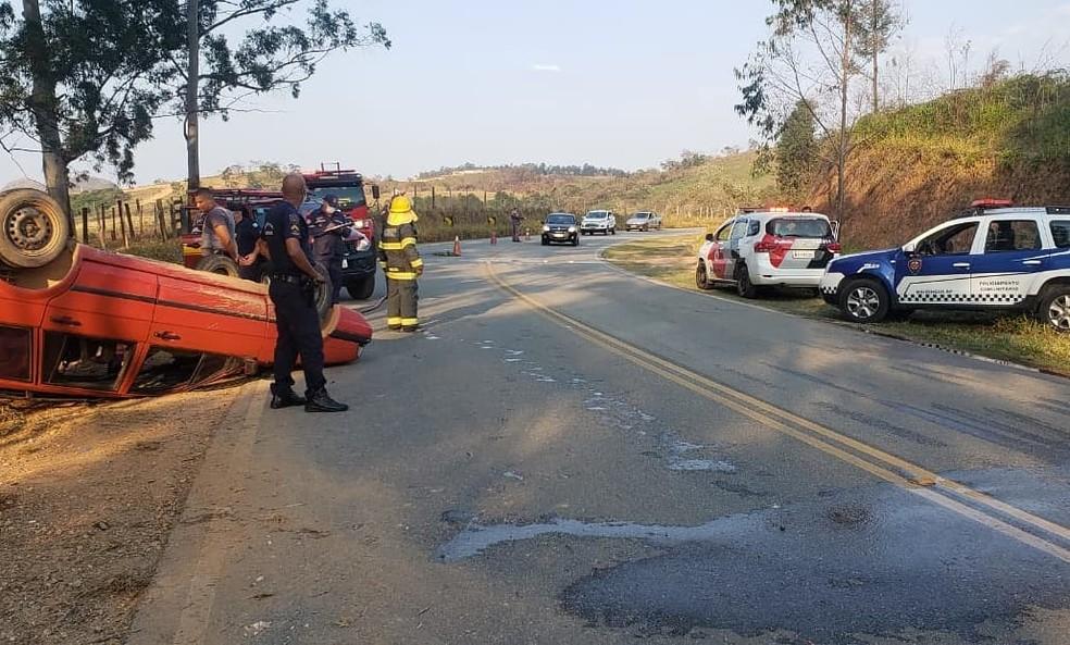 Motorista perde o controle e carro capota em rodovia de Mairinque — Foto: Prefeitura de Mairinque/Divulgação