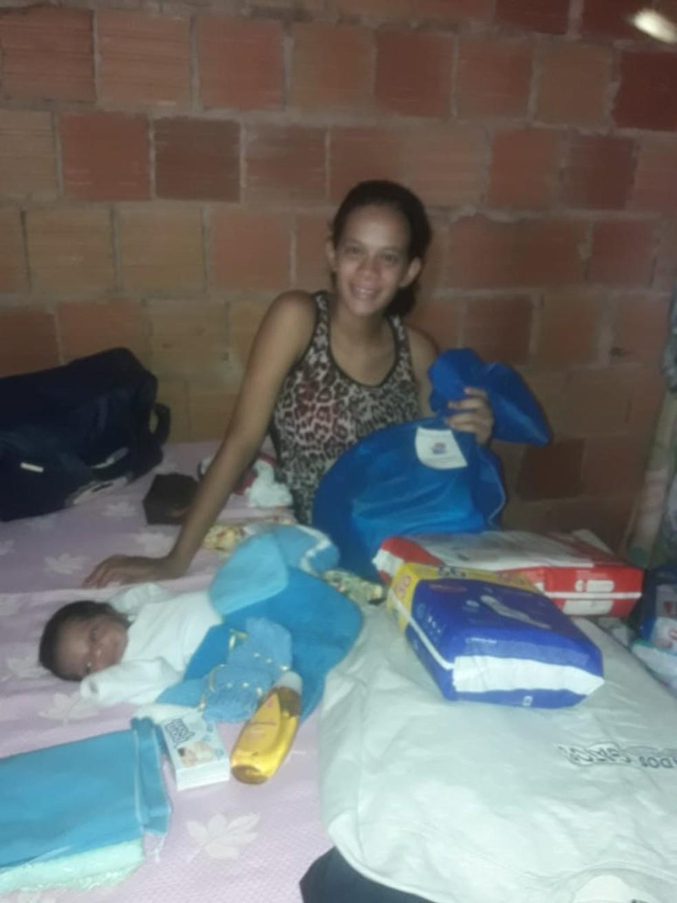 Mãe de bebê que fica em carriola já ganhou doações de roupas, cobertores e fralda — Foto: Redes sociais/Reprodução