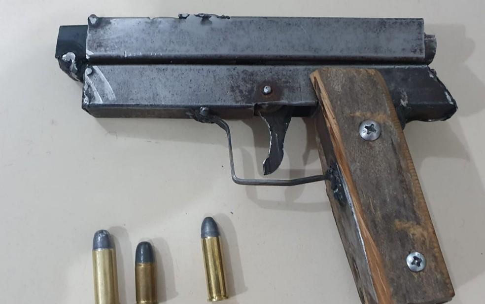 Arma de fabricação caseira e munições apreendidas pela polícia durante assalto em joalheria de Novo Gama, Goiás — Foto: Divulgação/Polícia Militar