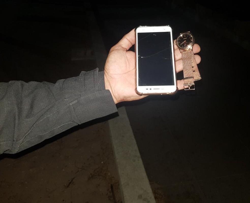 Polícia recuperou pertences de uma vítima do adolescente. — Foto: Rafaela Duarte/ SVM