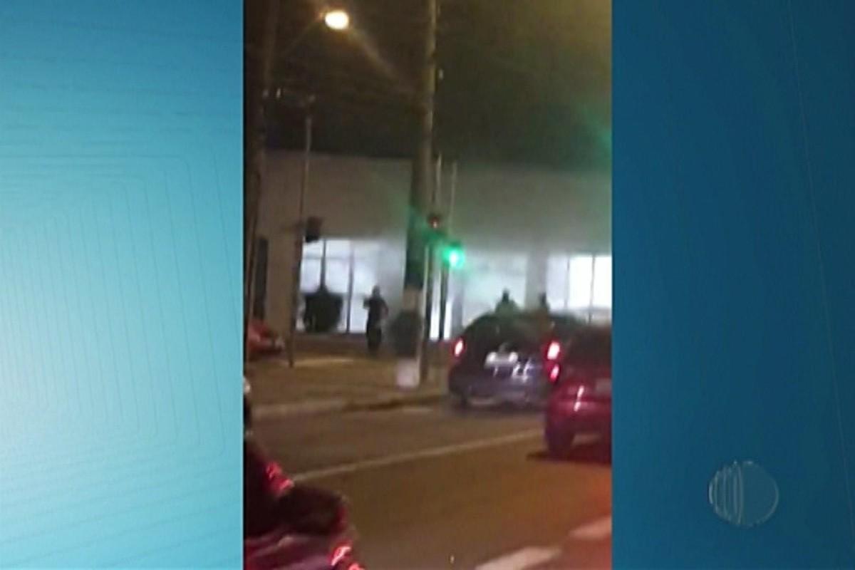 Fumaça em banco chama atenção de motoristas em avenida de Mogi das Cruzes