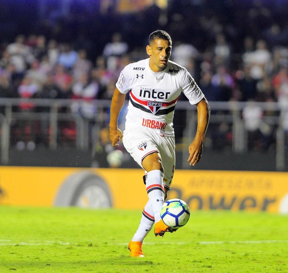 Diego Souza em ação no duelo entre São Paulo e Atlético-PR (Foto: Marcos Ribolli)