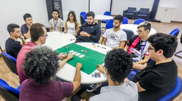 """Tipicamente, um jogador profissional de pôquer toma cerca de cem decisões por hora de partida"""", afirma Ruiz (Foto: Jornal de Negócios do Sebrae-SP)"""
