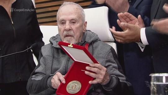 Éder Jofre recebe medalha Braz Cubas na Câmara Municipal de Santos