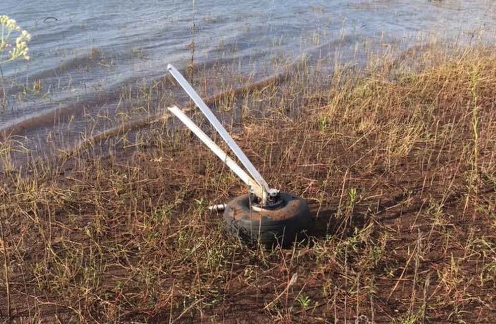Parte de uma roda foi encontrada nas margens da barragem do rio — Foto: Divulgação/Bombeiros Voluntários de Campinas do Sul