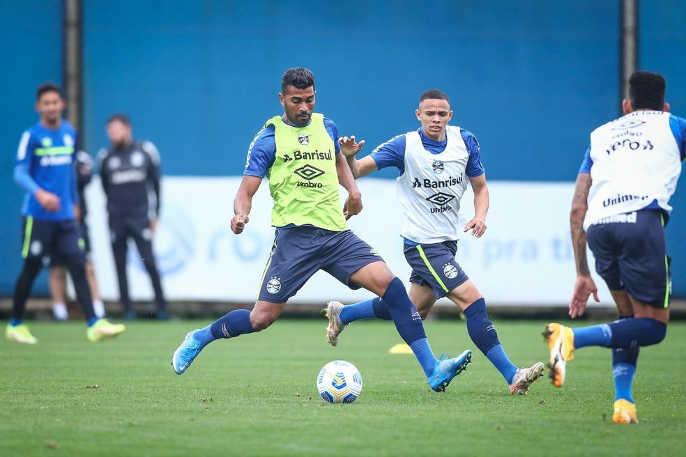 Thiago Santos e Vanderson no treino deste domingo — Foto: Lucas Uebel / Grêmio FBPA
