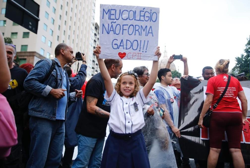 Estudante protesta no Centro do Rio contra cortes na educação — Foto: Marcos Serra Lima/G1