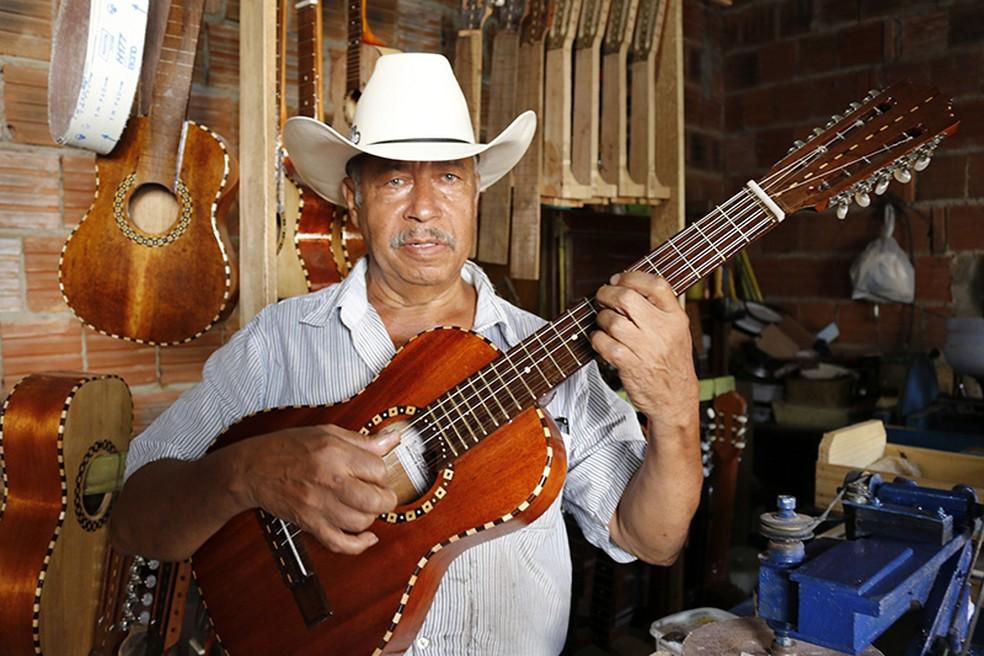 Índio Cachoeira também era conhecido por ser um luthier de talento (Foto: Divulgação / Cidade Escola Alfenas)