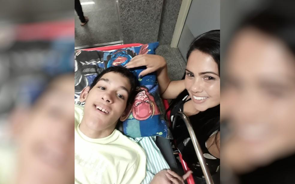 Mãe cuida sozinha do filho de 17 anos que pesa 30 kg e tem paralisia cerebral — Foto: Divulgação/Arquivo pessoal