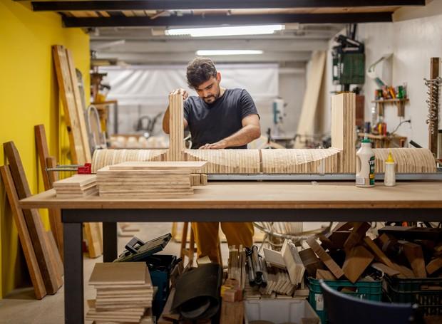 O arquiteto e marceneiro Ricardo Theodoro trabalha na oficina do Uso Atelier, localizada no subsolo da Casa Quilha (Foto: Ricardo Theodoro/ Divulgação )