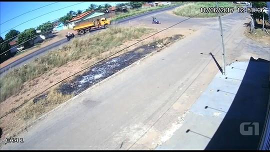 Vídeo mostra acidente entre moto e caminhão na BR-153, em Uruaçu, GO