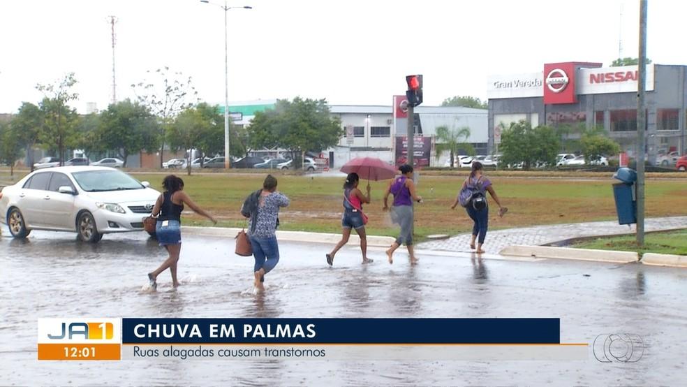 Pedestres têm dificuldades de atravessar Teotônio Segurado — Foto: Reprodução/TV Anhanguera