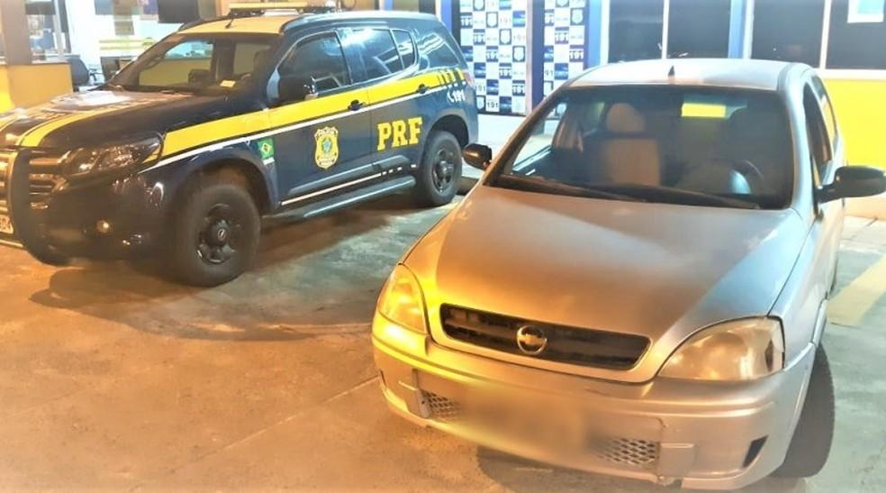 Carro furtado fpo recuperado doze anos após o crime e motorista foi preso por receptação na Bahia — Foto: Divulgação/PRF