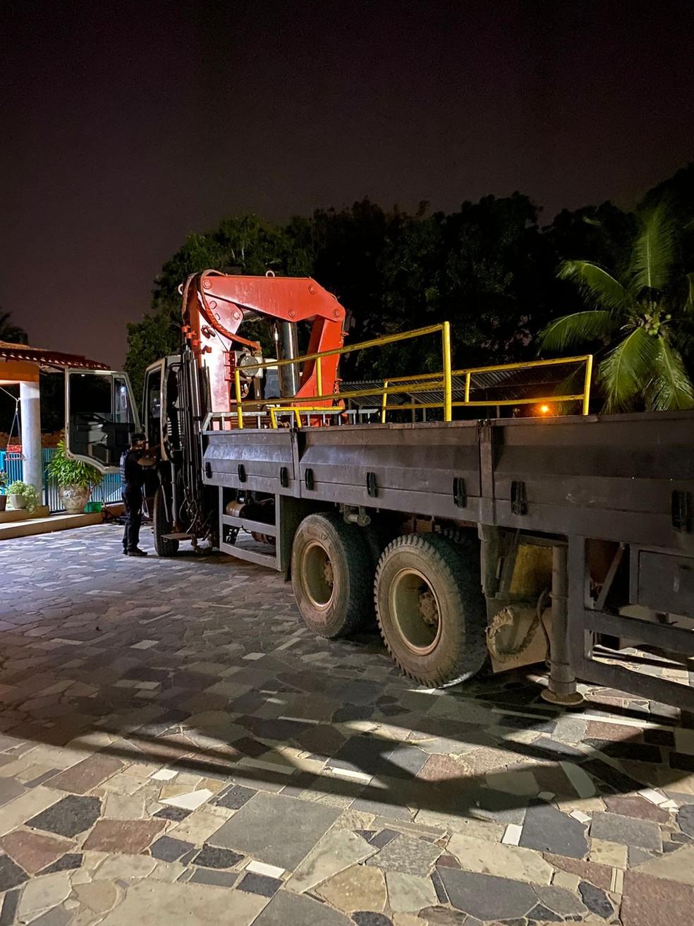 Caminhão pertencente à própria empresa vítima e que era utilizado pelos suspeitos na ação criminosa — Foto: Divulgação/Polícia Civil
