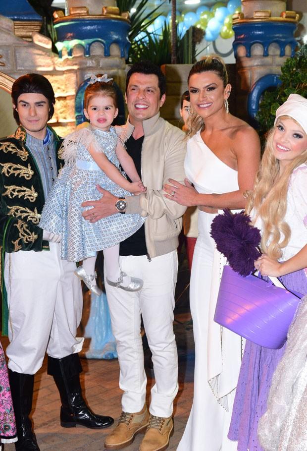 Valentina com os pais e atores fantasiados na festa (Foto: AgNews / Leo Franco)
