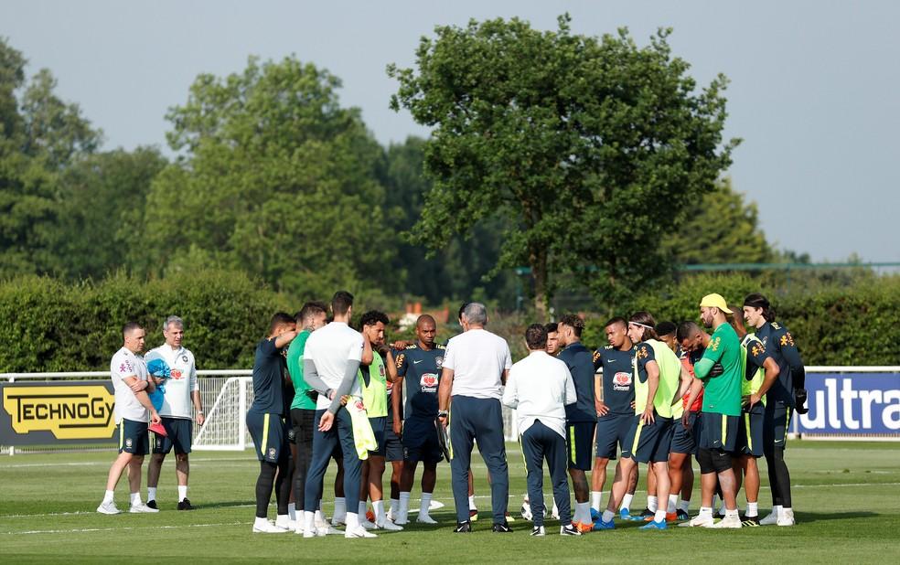 Tite conversa com os jogadores da seleção brasileira (Foto: Peter Cziborra / Reuters)