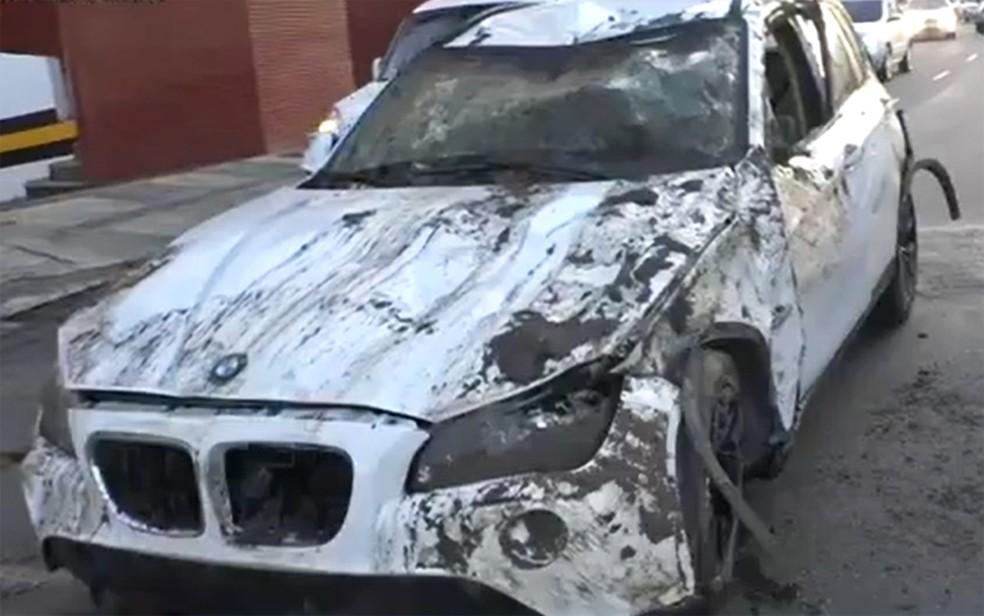 Carro de luxo ficou destruído após acidente — Foto: Reprodução/TV Bahia