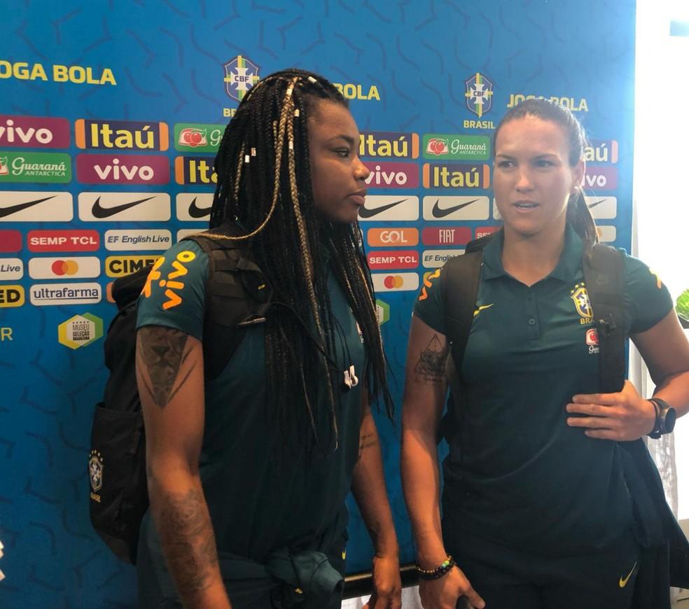 Ludmila e Aline no embarque da seleção brasileira feminina — Foto: Amanda Kestelman
