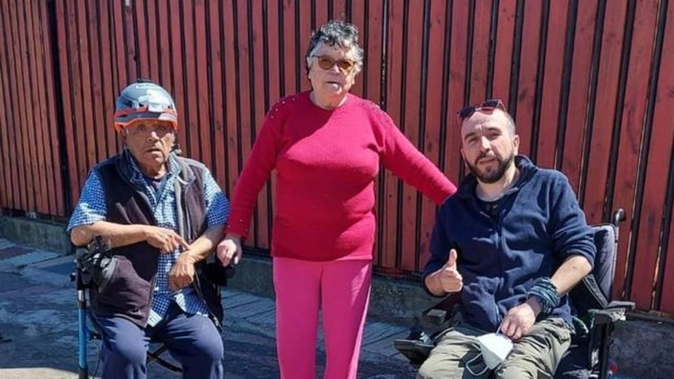 Gabriel tem 42 anos e é o mais novo de quatro irmãos. Na foto, com os pais, Sergio e Gabriela — Foto: GABRIEL ROA/Arquivo Pessoal