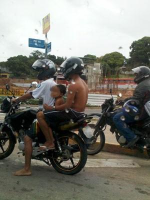 G1 também flagrou criança sendo transportada em moto, sem capacete, nos Bultrins, em Olinda (Foto: Luna Markman/ G1)