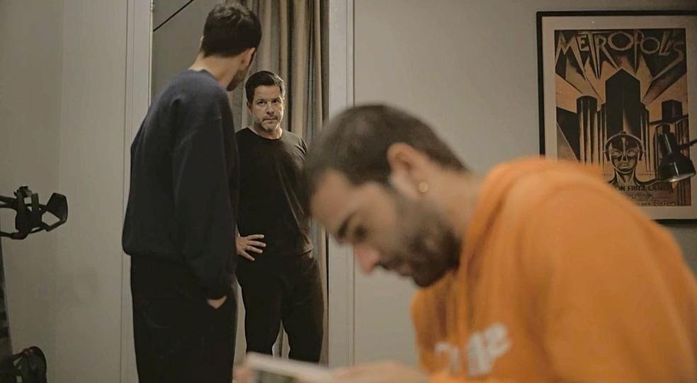 Sandro (Humberto Carrão) acoberta Vinícius (Antônio Benício) e Amanda (Camila Márdila), mas Raul (Murilo Benício) desconfia — Foto: Globo