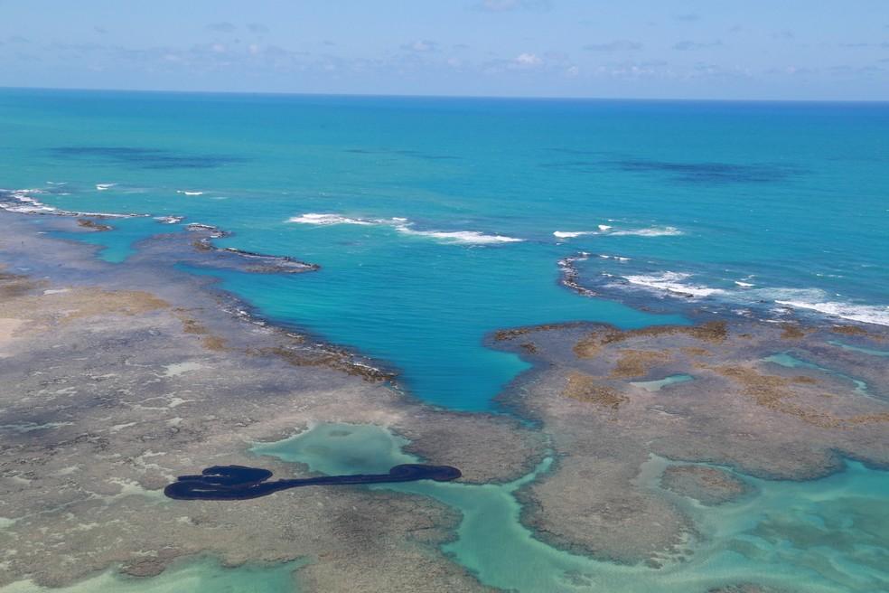 Praia de Maragogi em 2019: manchas de óleo atingiram litoral brasileiro no segundo semestre — Foto: Diego Nigro/Reuters