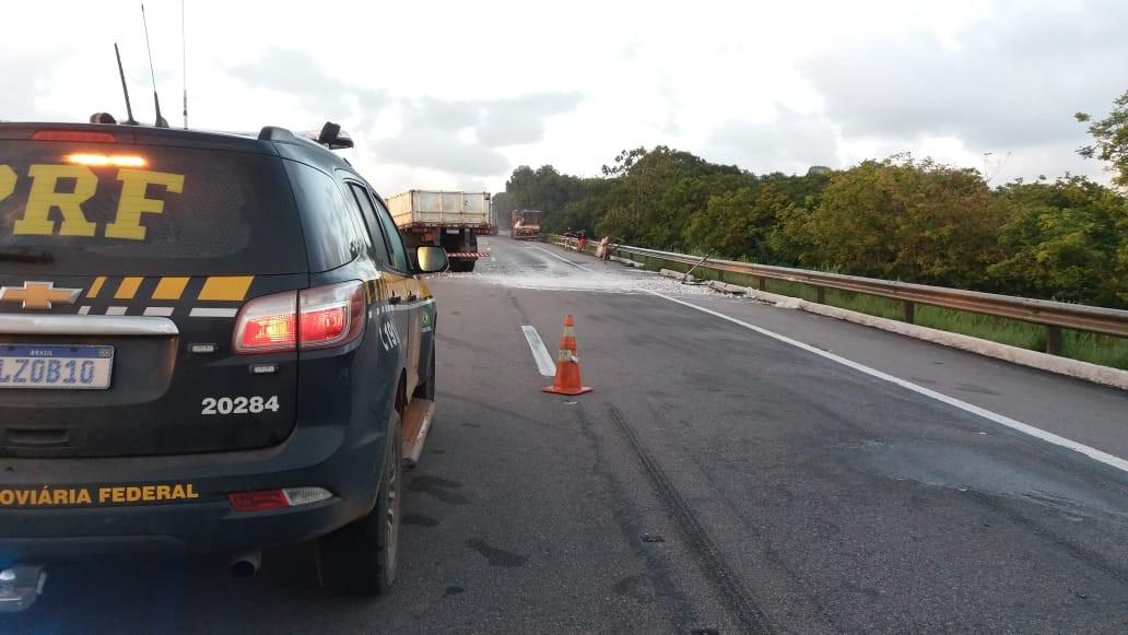 Colisão entre dois caminhões deixa uma pessoa ferida, na BR-101, na Paraíba