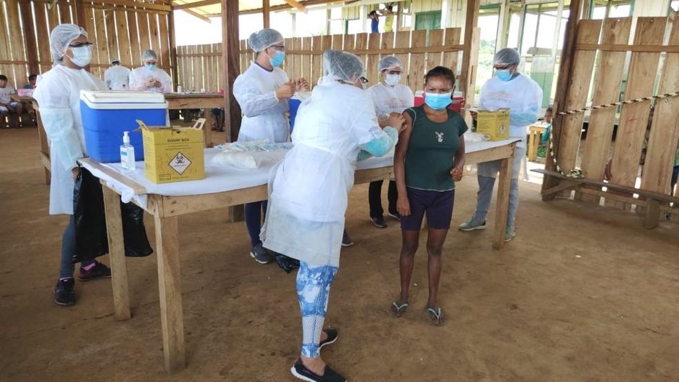 Vacinação em indígenas no Alto Rio Negro, no interior do Amazonas — Foto: Divulgação
