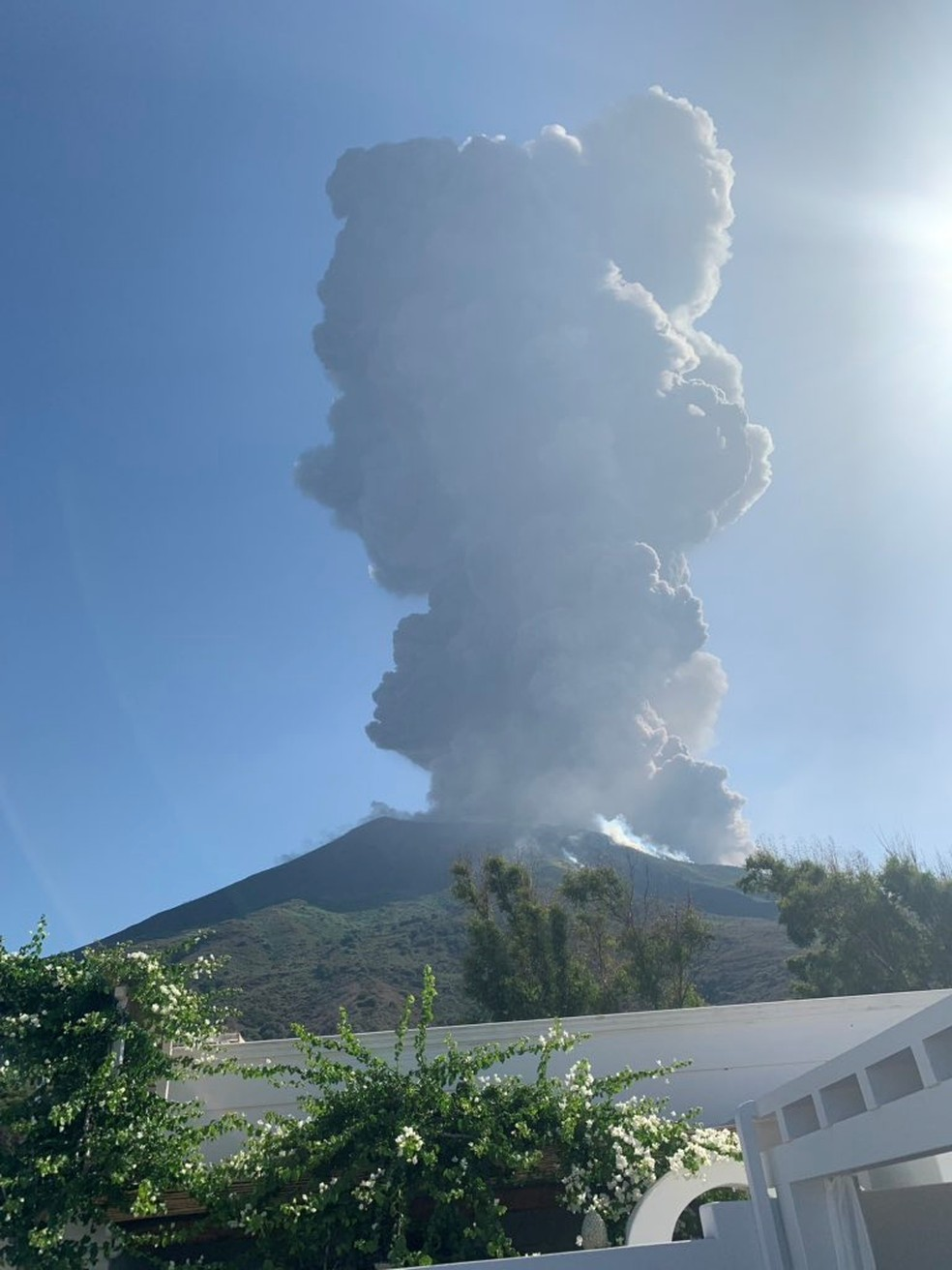 Vulcão entrou em erupção nesta quarta-feira (3) na ilha de Stromboli, na Itália. — Foto: Gernot Werner Gruber via Reuters