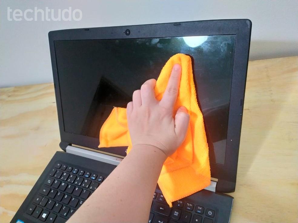 Evite apertar com muita força para não danificar o display — Foto: Vitória Bernardes/TechTudo
