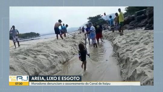 Assoreamento fecha Canal de Itaipu, em Niterói, e moradores fazem mutirão para tirar areia