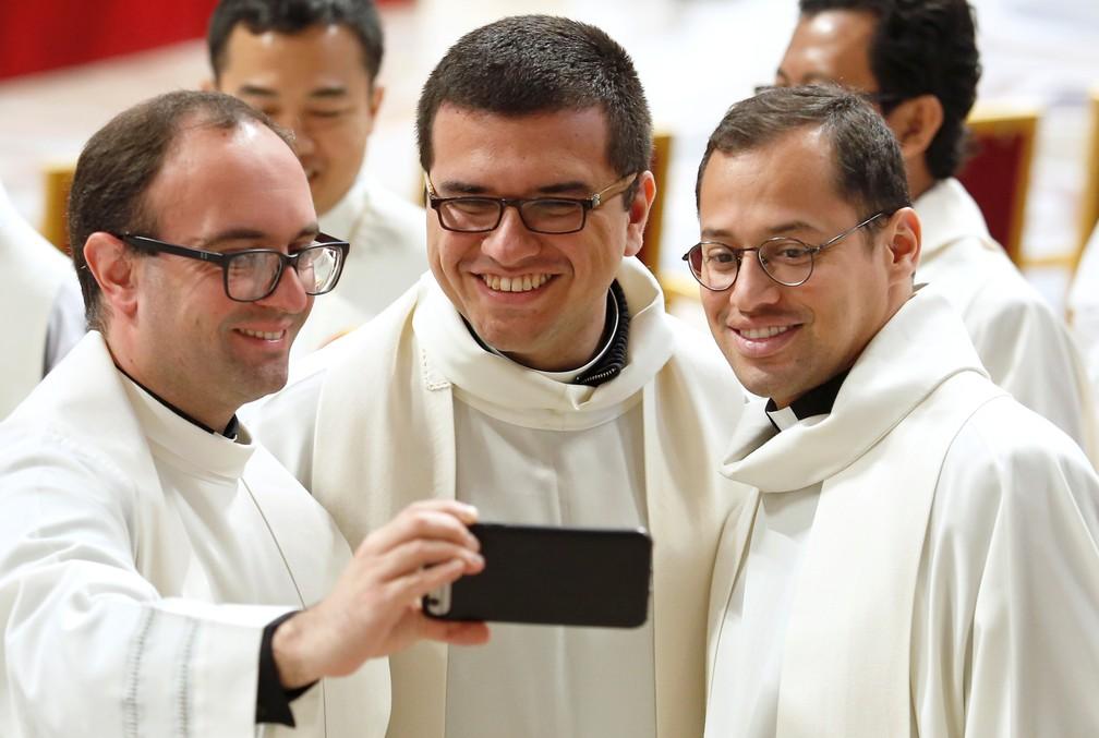 Padres tiram uma selfie durante missa da Semana Santa desta quinta (18), na Basílica de São Pedro, no Vaticano. — Foto: Remo Casilli/Reuters