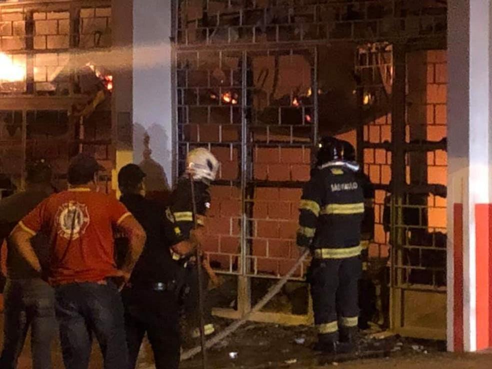 Bombeiros conseguiram conter as chamas em supermercado após 4 horas de trabalho em Tietê — Foto: Arquivo Pessoal