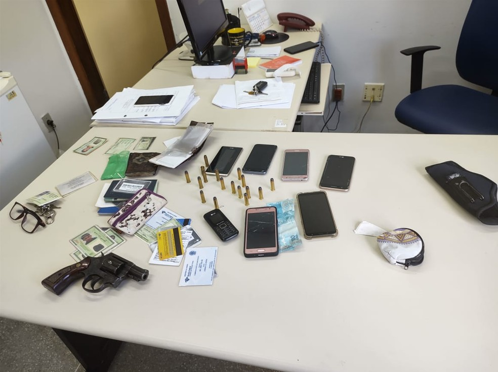 Ciganos suspeitos de envolvimento na morte de policiais em SE são levados para delegacia na BA — Foto: SSP/Divulgação