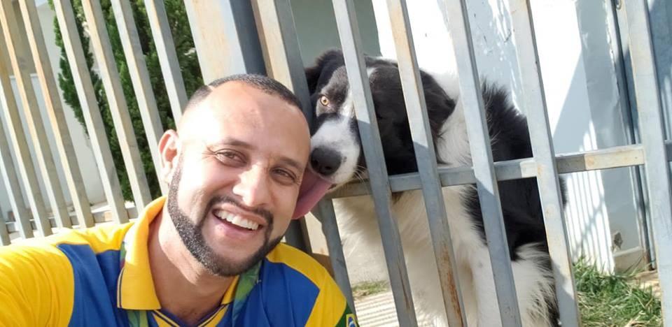 Ângelo é reconhecido pelos cachorrinhos  (Foto: Facebook / Carteiro Amigos dos Animais)