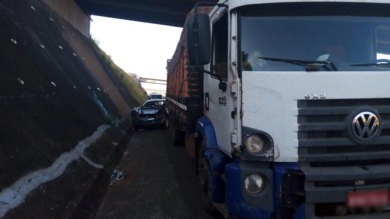 Motorista bate carro na traseira de caminhão em rodovia de Cerquilho