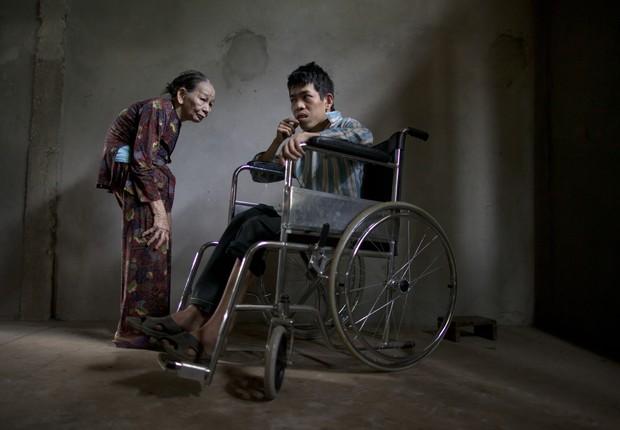 Le Van nasceu surdo, mentalmente deficiente com pernas que são deformadas, ele anda de cadeira de rodas a maior parte do tempo  (Foto: Paula Bronstein / getty images)