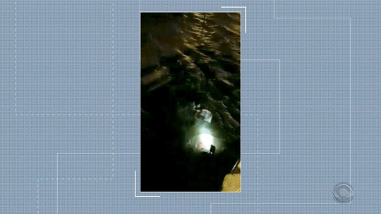 Temporal afunda lancha no Rio Tramandaí, e pescador é resgatado após se agarrar à ponte com corda