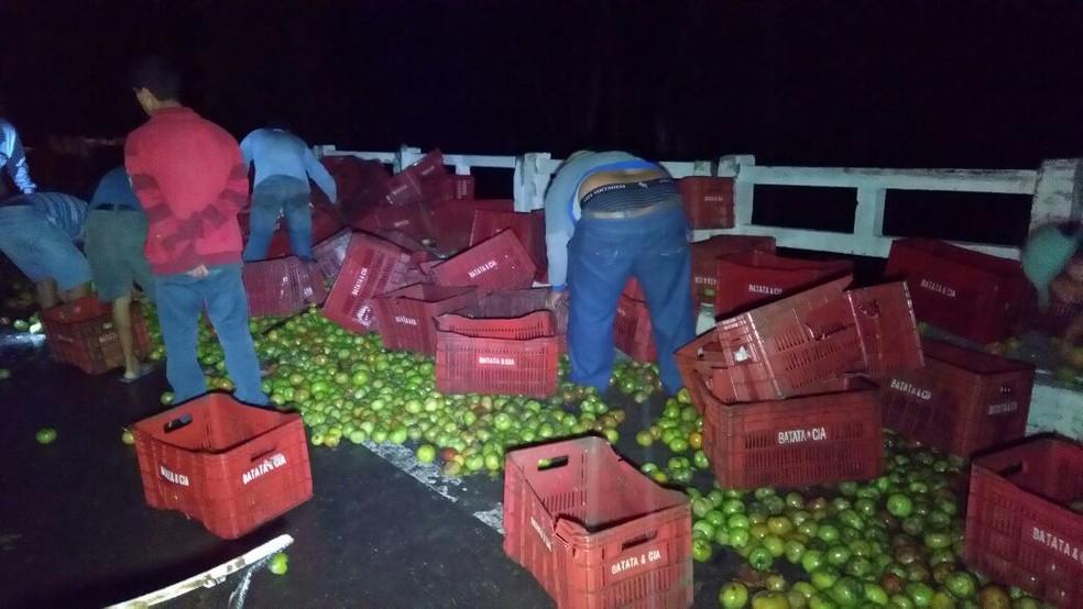 Caminhão carregado com tomate tombou no início da madrugada desta quinta-feira (28), entre Terra Boa e Cianorte (Foto: Noti-cia.com)