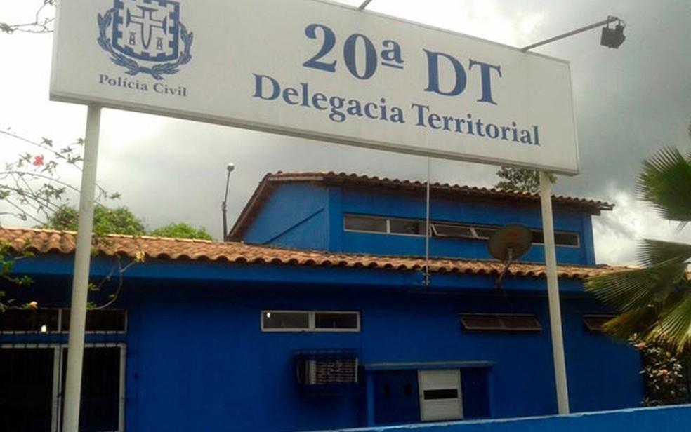 Homem foi levado para a 20ª Delegacia Territorial, em Candeias — Foto:Cássia Bandeira/G1