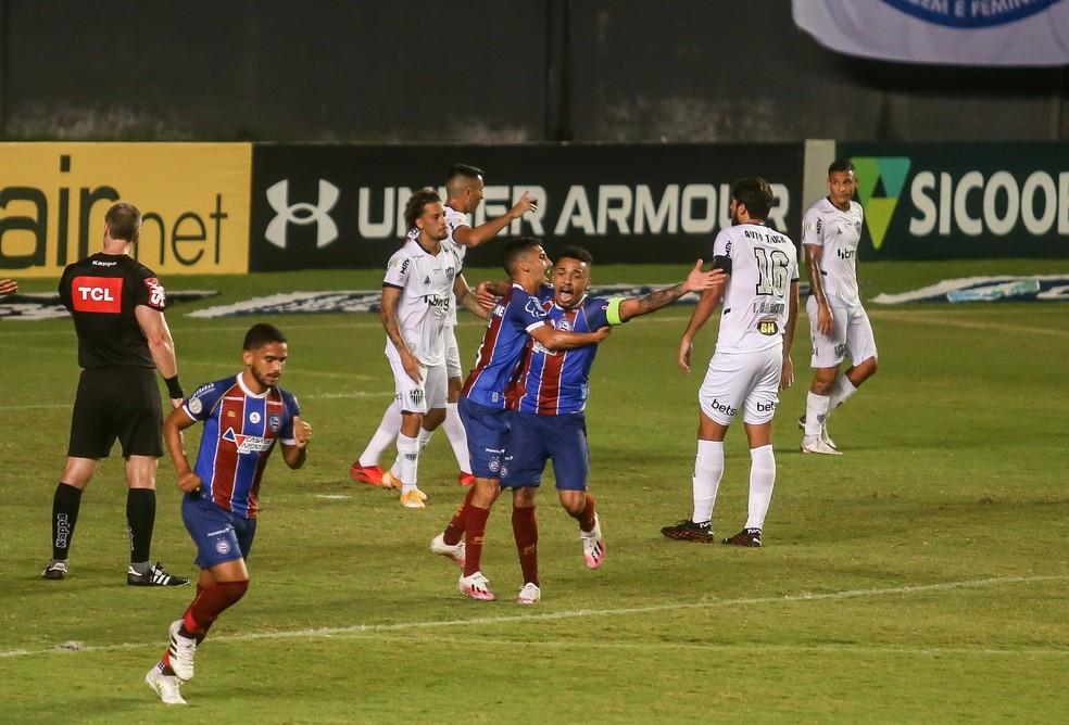 Defesa do Atlético-MG lamenta o primeiro gol do Bahia — Foto: TIAGO CALDAS/FOTOARENA/FOTOARENA/ESTADÃO CONTEÚDO