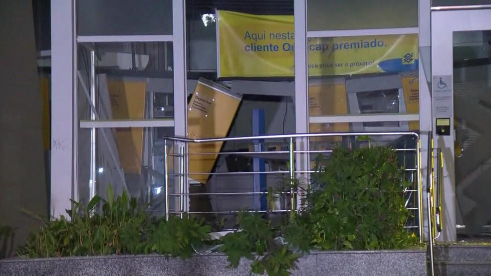 Criminosos armados com fuzis explodiram agência bancária no Andaraí, na Zona Norte do Rio de Janeiro — Foto: Reprodução/ TV Globo