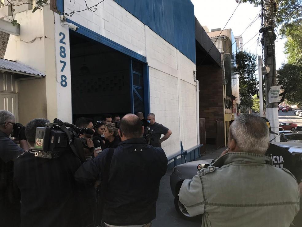 Polícia Civil na entrada da sede da torcida Máfia Azul, em Belo Horizonte — Foto: Rodrigo Franco