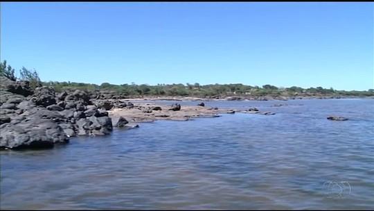 Nível do rio Tocantins baixa e turistas fazem travessia de trecho a pé